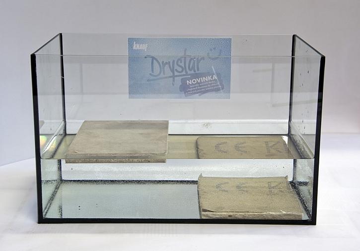 Do skutečně vlhkého prostředí jako jsou koupelny, wellness, bazény apod. jsou vhodné desky Knauf Drystar-Board. Na obrázku je vidět rozdíl mezi standardní deskou (jež se nasákne a potopí) a Drystar.