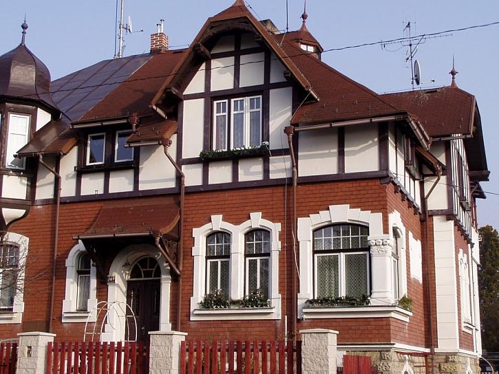 Plastová okna lze s úspěchem použít i u rekonstrukcí (rámy v dekoru, křídla bílá)