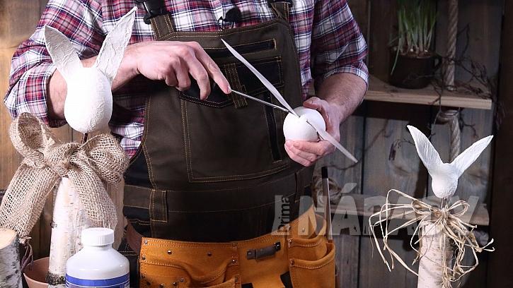DIY dřevěný zajíc: do polystyrenového vejce zasuneme uši