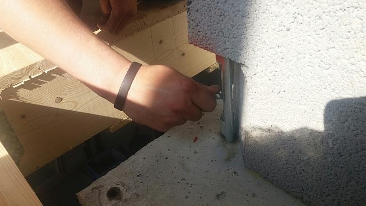 Po položení komínového modulu stačí celý systém přichytit k podkladu a je téměř hotovo