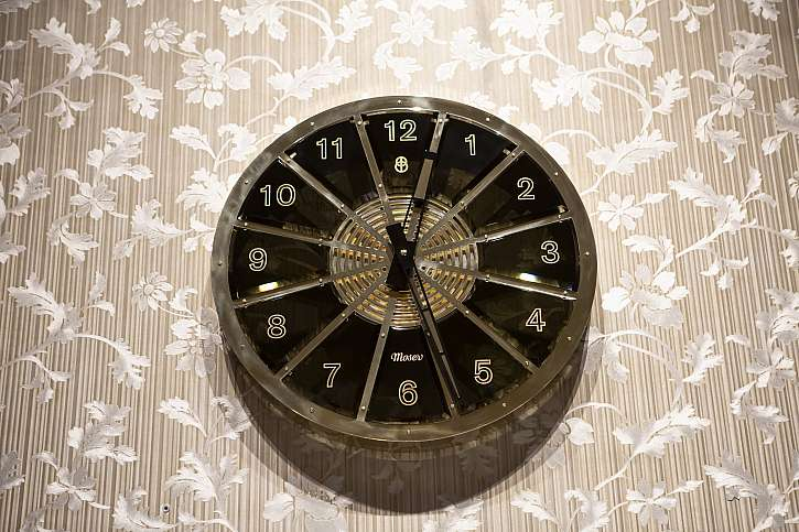 Nástěnné hodiny Bohematic zdobí grandhotel Pupp (Zdroj: Tomáš Polák)