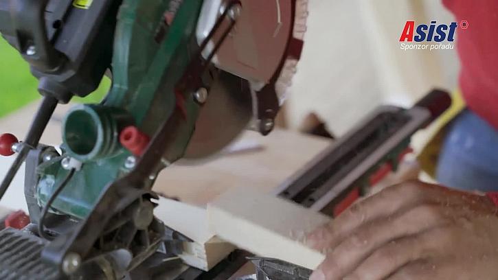 Řezání dřevěných hranolů