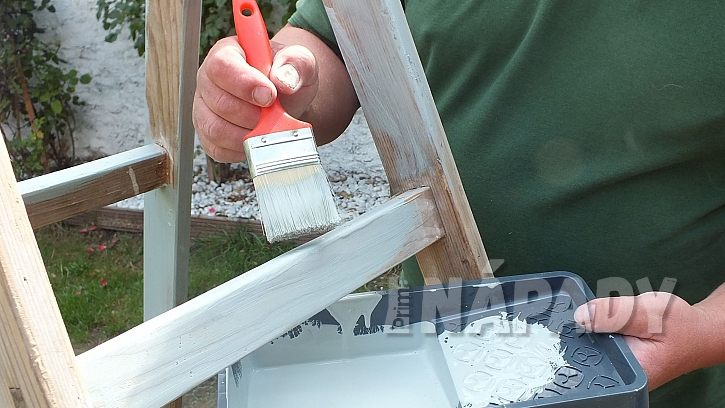 Domeček pro kočku ze štaflí: upravené štafle natřeme vhodnou barvou