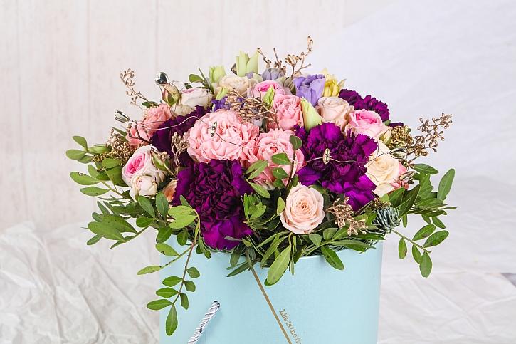 Květinová výzdoba na stůl v jarních a letních tónech (Zdroj: Depositphotos)