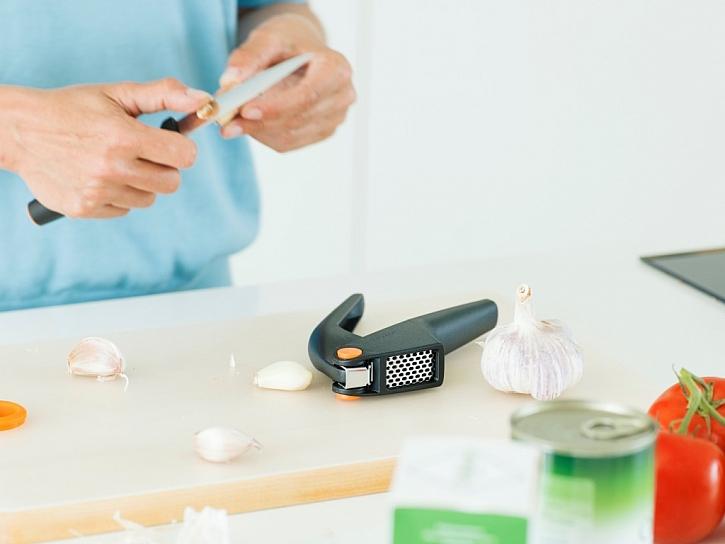 Lis na česnek značky Fiskars je kvalitním pomocníkem při přípravě chutné marinády.