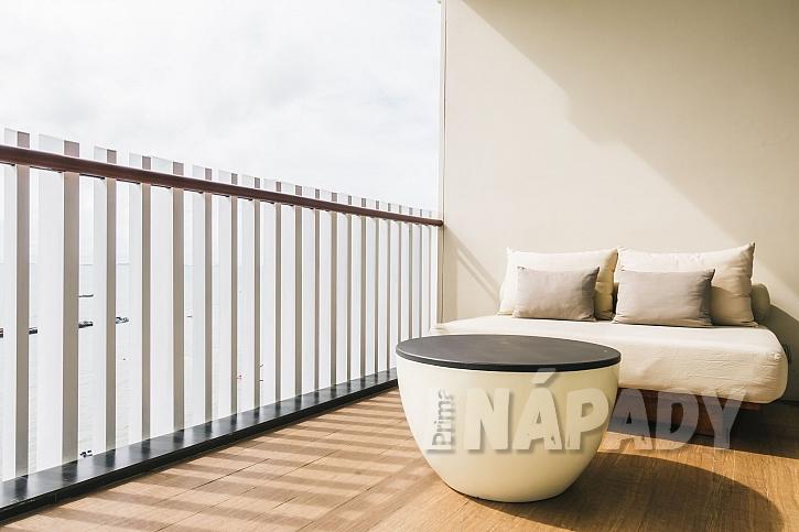 Slunce na balkoně nemusí působit vždy jen příjemně, někdy se potřebujeme i ochránit (Zdroj: Depositphotos)