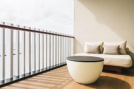 Lze posedět na balkónu v parném létě nebo při blížící se zimě?