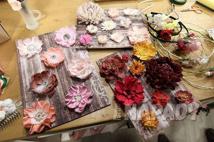 Chryzantémy z pěnové gumy: střed z alobalu