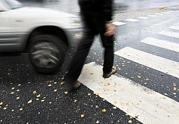 Podzimní tma přináší smrt na silnicích. Chodcům může zachránit život i jeden reflexní prvek