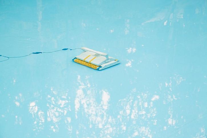 Automatický bazénový vysavač čistí dno bazénu