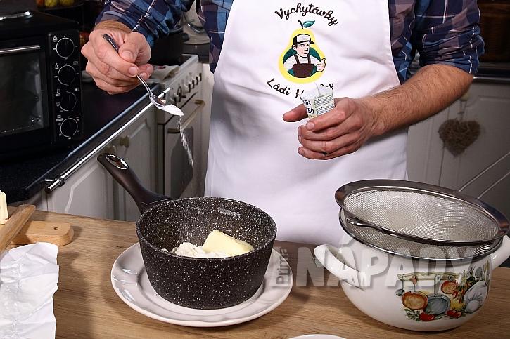 Do sýrové hmoty přidáme jedlou sodu