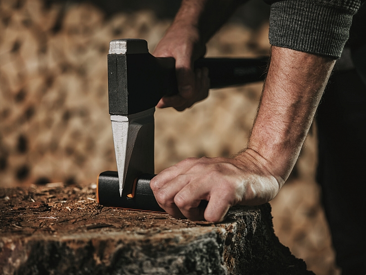 Fiskars_Garden_Axes_X-series_Splitting_Axe_X25_Xsharp_Sharpener_1003478_1000601