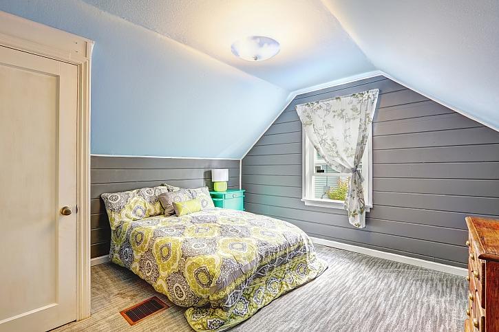 Dřevěná stěna v ložnici