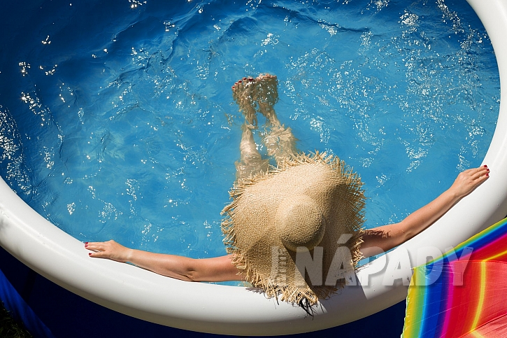 Než se naložíte do bazénu, změřte pH vody (Zdroj: Depositphotos.com)