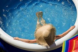 Než vstoupíte do vody v bazénu, změřte pH vody