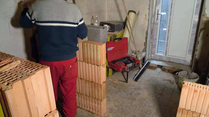 Práce na stavbě probíhají souběžně na všech frontách, řemeslníky se to tu jen hemží