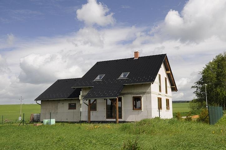 Rodinný dům ve fázi stavby, kdy bylo podkroví zatepleno foukanou tepelnou izolací Climatizer Plus®