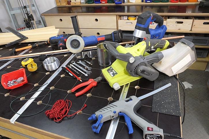 Vyrobte si originální poličku, která bude vypadat jako letadlo (Zdroj: HobbyPRstudio)