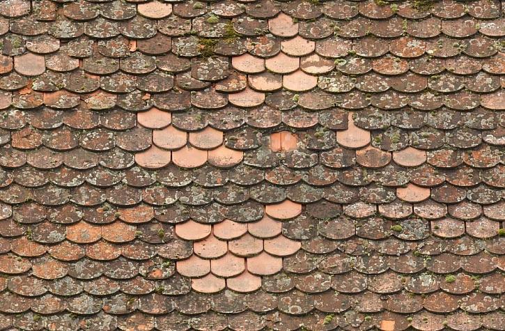 Oprava staré střechy novými taškami bobrovkami