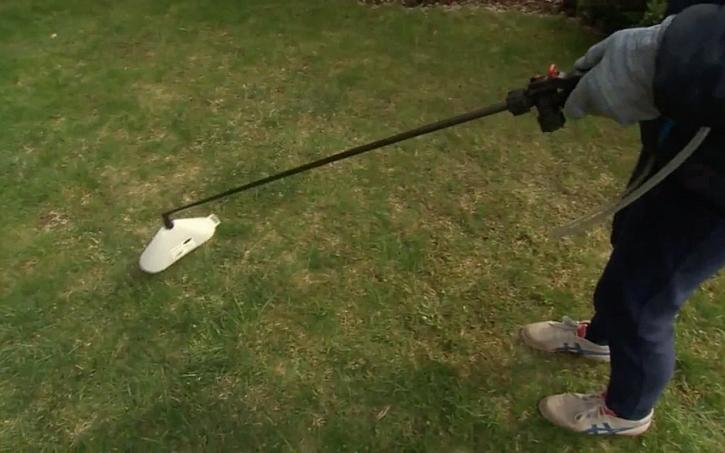 Mechanické odstraňování plevelů z trávníku postřikem selektivním herbicidem