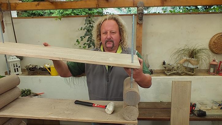 Jak vyrobit knihovnu z kulatiny: na závěr navlékneme spárovku