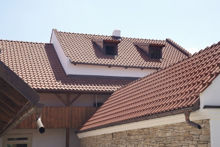 Kontrolou střechy po zimě ušetříte čas i peníze