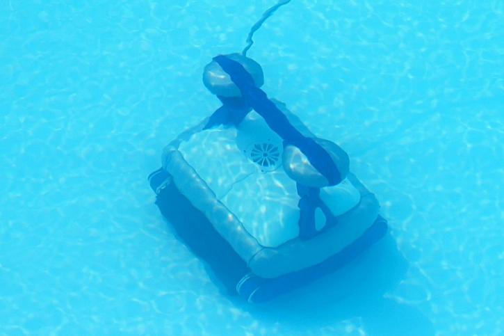 Čištění dna napuštěného bazénu