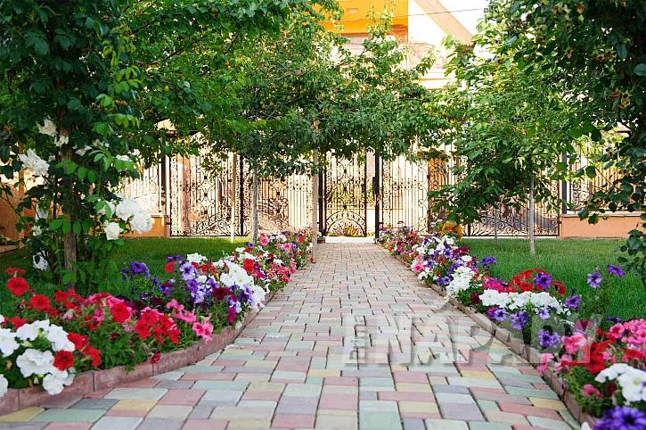 Dlážděný chodník k bráně (Zdroj: Depositphotos.com)
