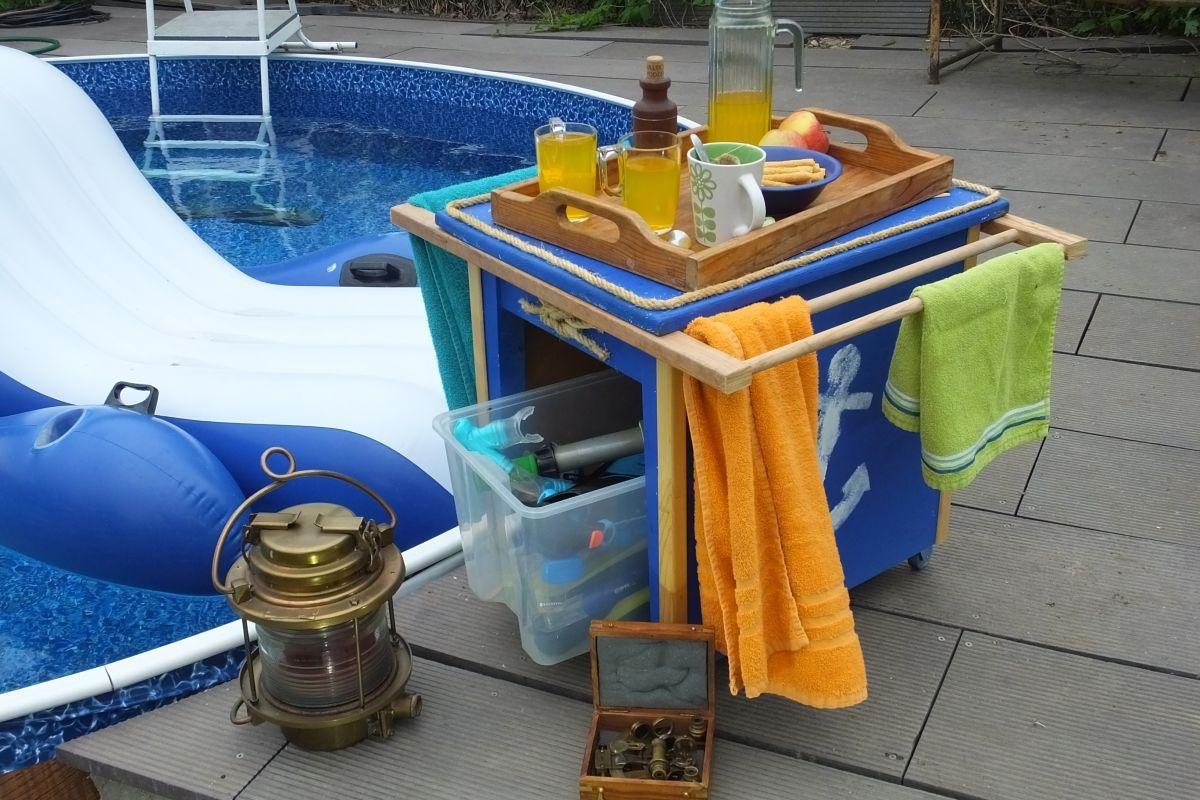 Stolek na drobnosti k bazénu