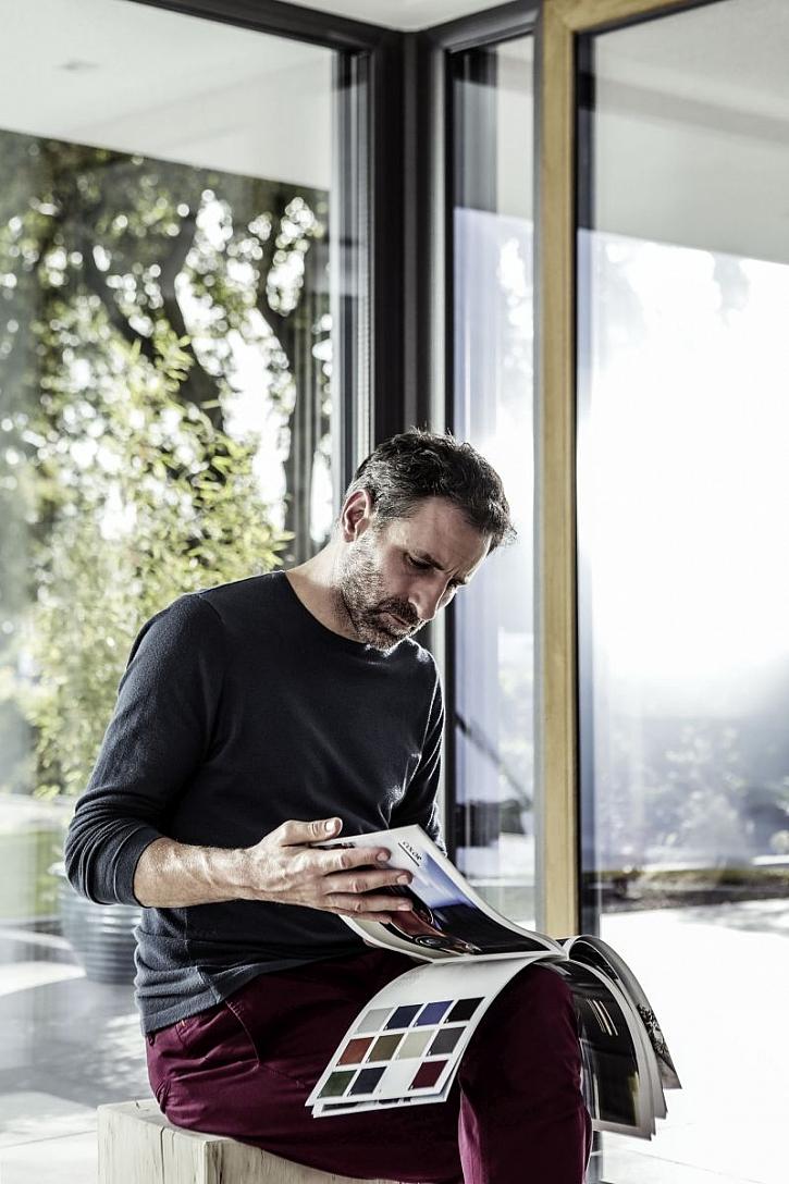 muž v okně