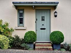 Klika, kukátko i štítek patří mezi běžné doplňky našich vchodových dveří