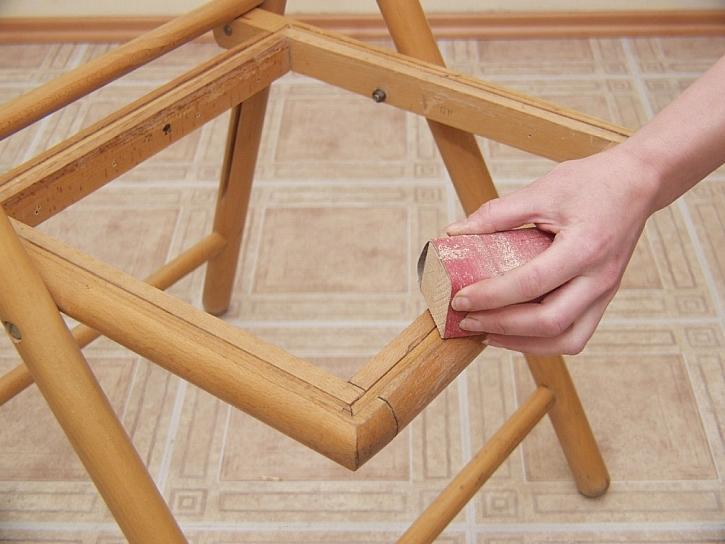 Při broušení může dojít k poškození dřeva nesprávným držením brusky