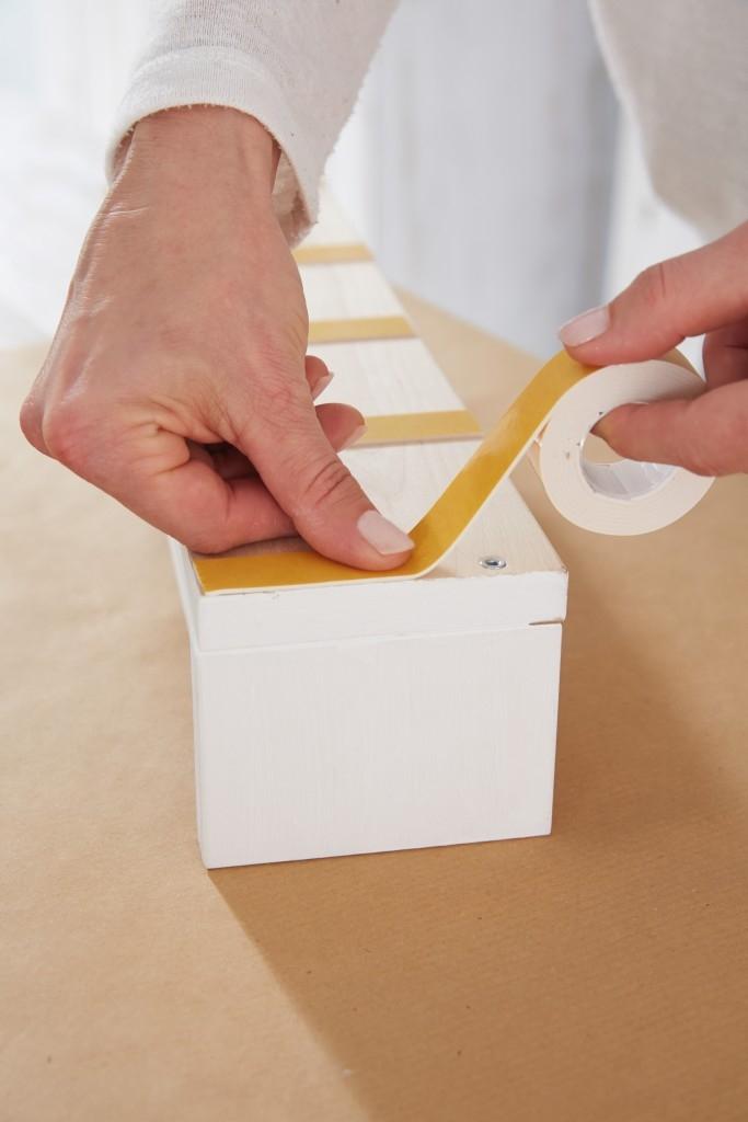 Snadné připevňování předmětů s oboustranně lepícími páskami tesa Powerbond