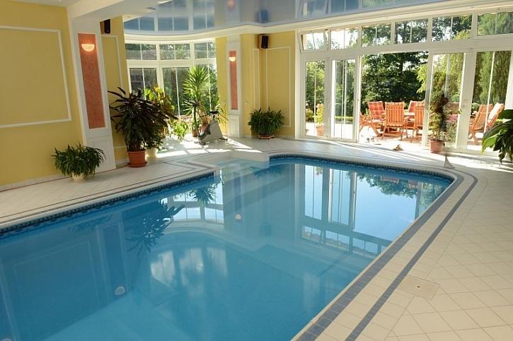 Novinkou roku jsou design-kompozitní bazény Métropole, které upoutají francouzským šarmem a nadčasovým designem. Lze je umístit do interiéru i exteriéru. Foto: Métropole