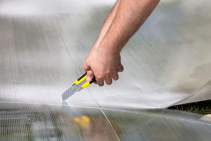 Tenké desky polykarbonátu je možné nařezat na potřebné rozměry odlamovacím nožem