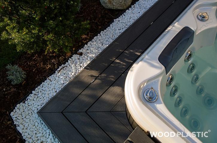 Dřevoplast užitý jako obložení vířivky se zabudovaným poklopem