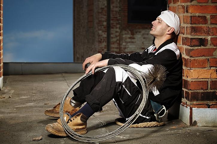 Kominík sedící po práci