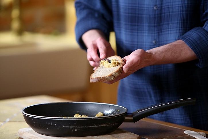 Mazání pomazánky na chleba