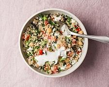 Kuskusový salát jako příloha ke grilovanému masu