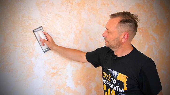 Minutový manžel připravuje zeď pro malování
