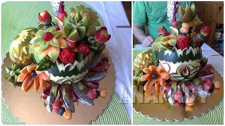 Vyřezávaný meloun a tropické ovoce ve sladkém koši