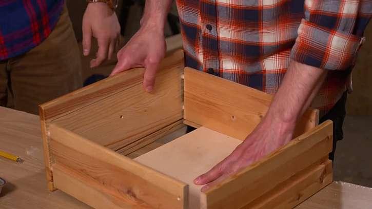 Šuplíkovou skříňku nejdřív rozmontujte a rozložte