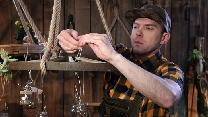 Ve Vychytávkách vás Láďa Hruška naučí vyrobit si lustr z loukoťového kola