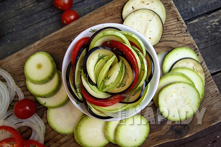 Ratatouille z cukety, lilku, papriky a rajčat: potřete zeleninu
