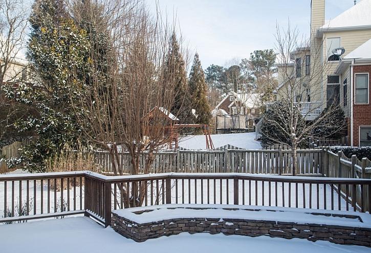 Sníh na zahradě není jen ta bílá hmota, kterou musíte odhazovat. Je to zásobárna vody a na zahradě jej je potřeba udržet. Ale co se sněhem, který zatěžuje větve? (Zdroj: Depositphotos)