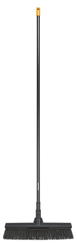 Nová košťata Fiskars pro venkovní i vnitřní použití