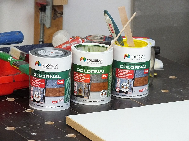 Vodou ředitelná barva na různé povrchy (Prima Doma Media)