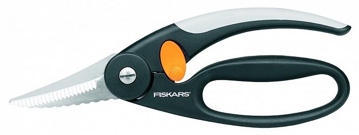 S nůžkami Fiskars na porcování ryb snadno oškrábete šupiny, vykucháte a naporcujete jakoukoli rybu.