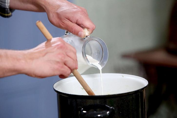 Lití smetany do polévky