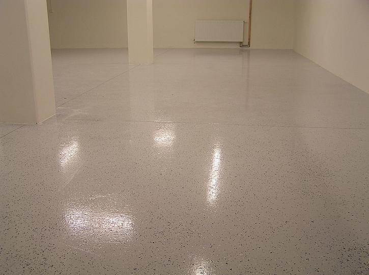 Podlaha s hladkým povrchem v garáži